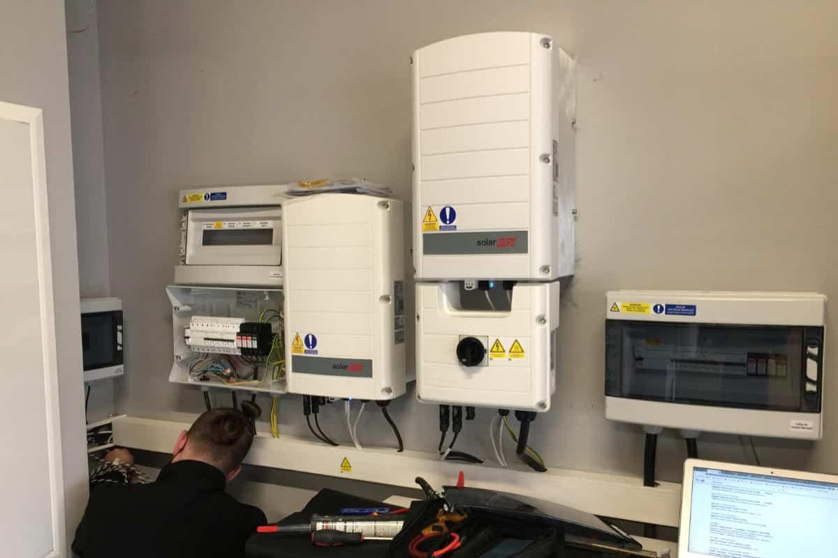 installation photovoltaique avec coffrets AC et DC et onduleurs solar edge